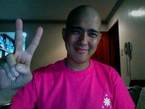 One of Kiko's photos during chemo [courtesy of his blog, A Free Mind (francismagalona.multiply.com)]